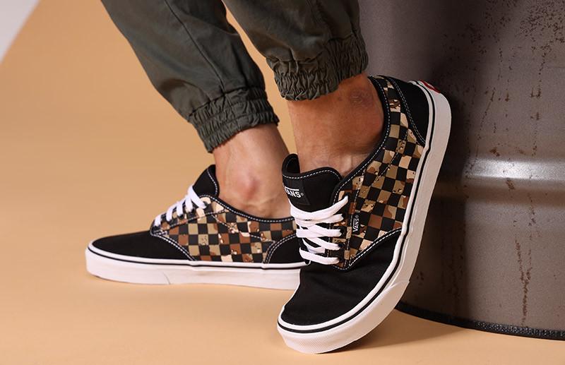 dettaglio-uomo-sneakers.jpg