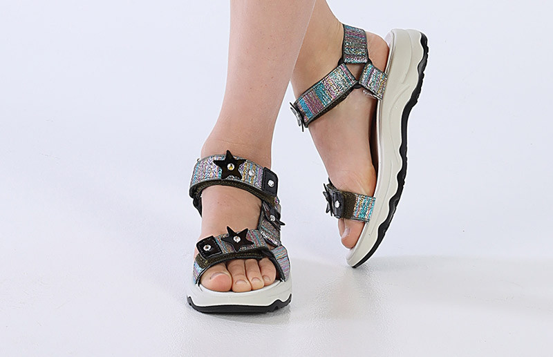 Dettaglio-sandali-bambina.jpg